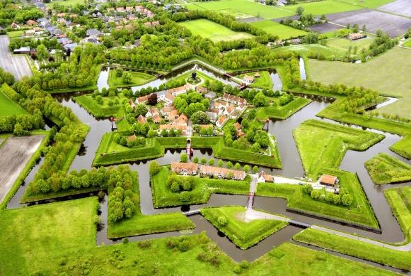 Este fuerte fue construido en 1593 para controlar el único camino que unía Alemania y Groninga.