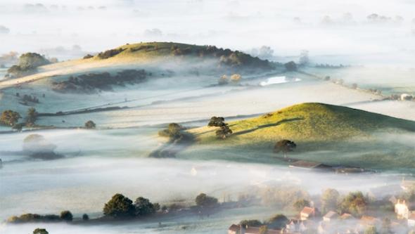 La famosa niebla inglesa convierte los pueblos en postales. Foto de Bob Small.