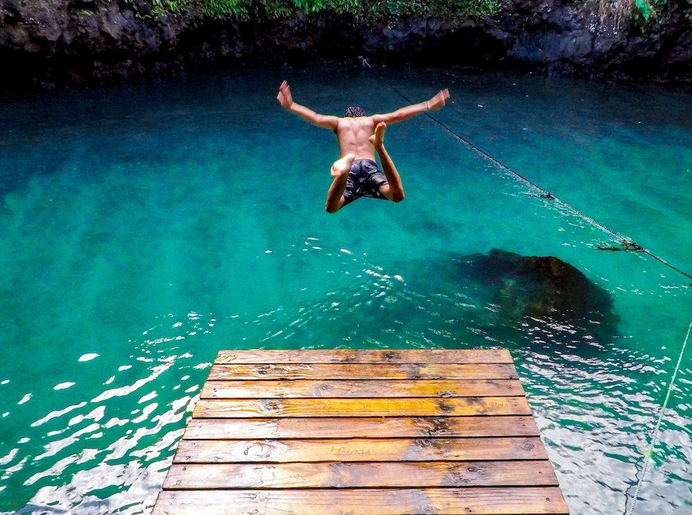chico saltando al mar